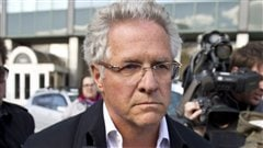 Tony Accurso quittant le quartier g�n�ral de la SQ, le 17 avril 2012.