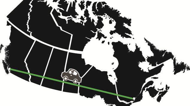Une carte du Canada avec un trait vert entre Montréal et Vancouver et une voiture. Le trajet par la route de 4 000 kilomètres par beau temps l'été prend en moyenne de trois à quatre jours.