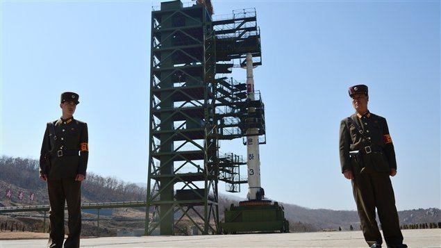 Des soldats nord-coréens près de la rampe de lancement de la fusée en avril dernier