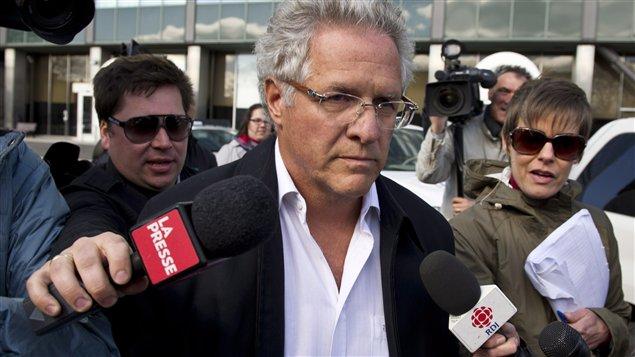 Le magnat de la construction Tony Accurso quitte le quartier général de la SQ, à Montréal, le 17 avril 2012.