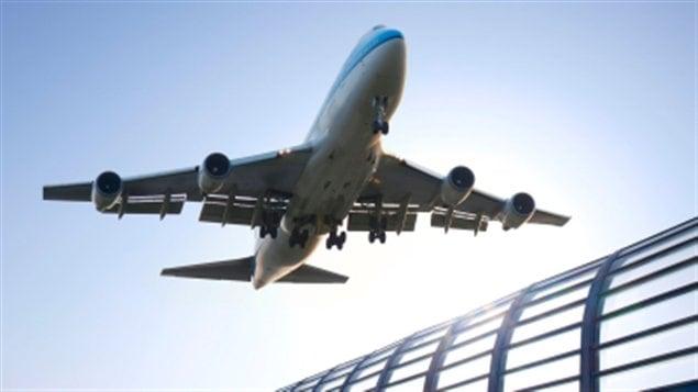Les billets d'avion dans les aéroports régionaux aussi bien au Québec que dans le reste du Canada coûtent cher, voire plus cher que pour les vols à destination de pays étrangers. Ces prix se situent à 57 % du montant facturé aux usagers, contrairement aux États-Unis où ils représentent 80 % du prix total.