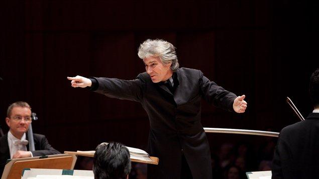 Le directeur musical et chef d'orchestre de l'Opéra de Vancouver, Jonathan Darlington
