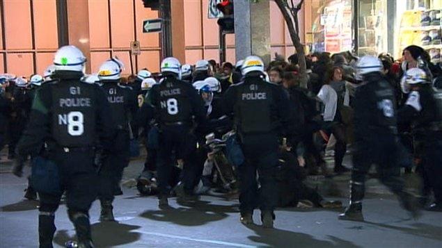 La police tente de disperser la foule au centre-ville.