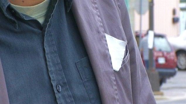 Des étudiants ont adopté le carré blanc comme symbole de résignation devant leur facture scolaire qui augmente.