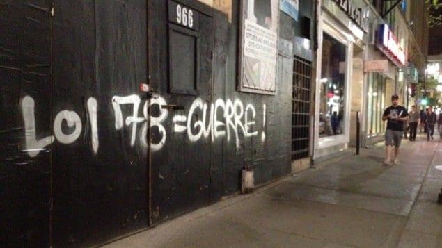 Graffiti dénonçant la loi 78 au coin des rues Sainte-Catherine et Mansfield, à Montréal