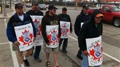 Des travailleurs du Canadien Pacifique, membres du syndicat des Teamsters Canada, ont organisé un piquet de grève à l'entrée du dépôt de rails près de l'avenue Jarvis, à côté du McPhillips Sation Casino.