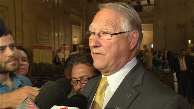 Le maire Tremblay a défendu son règlement antimasque.