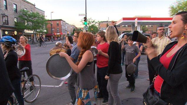 Des manifestants munis de leurs casseroles à Montréal, le 23 mai 2012.