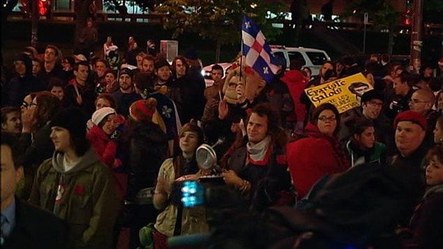 De 150 à 200 personnes manifestent devant les bureaux du ministère de l'Éducation à Québec.