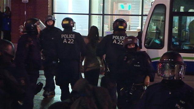 Les policiers de Québec ont embarqué les manifestants arrêtés un à un dans les autobus du RTC.