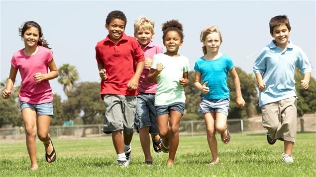 La journée d'un enfant canadien est tellement structurée qu'il n'y a plus de place pour le jeu libre et le « va jouer dehors ».