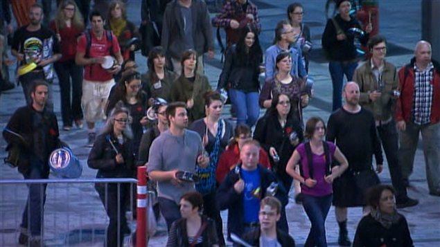 Après la suspension des négociations, des milliers de personnes ont manifesté à Montréal pour une 38e soirée consécutive.
