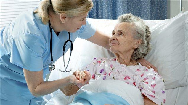 Une infirmière prend soin d'une aînée