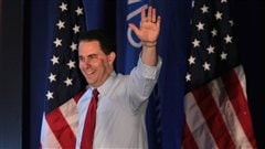 Le gouverneur du Wisconsin Scott Walker salue ses partisans apr�s avoir surv�cu � un vote de destitution le 5 juin 2012.