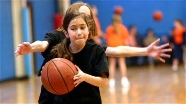 Jeunes filles jouant au basket-ball