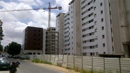 Le caméraman de Radio-Canada Alfonse Mondello filme un complexe géant de logements à prix modiques, abandonné il y a deux ans à Lisbonne.