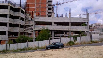 Un autre chantier à Lisbonne, suspendu depuis deux ans à cause de la crise économique qui frappe de plein fouet le secteur de la construction.