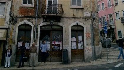 Une des nombreuses boutiques fermées à Lisbonne, dans un édifice qui ne trouve aucun locataire.