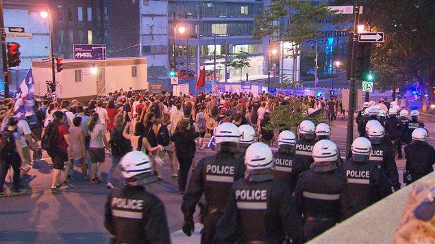 Les policiers du SPVM surveillent de près le déroulement de la 49e manifestation.