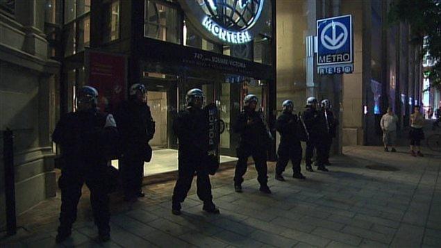 Les policiers protègent l'entrée de l'édifice du Centre de commerce mondial.