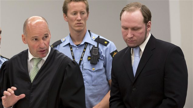 Anders Behring Breivik et son avocat, Geir Lippestad (22 juin 2012).