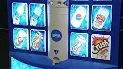 Une machine distributrice d'eau et de boissons gazeuses