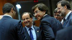 Le président français François Hollande s'entretient avec le premier ministre belge, Elio Di Rupo et le premier ministre espagnol, Mariano Rajoy, à l'ouverture du sommet européen à Bruxelles, jeudi.