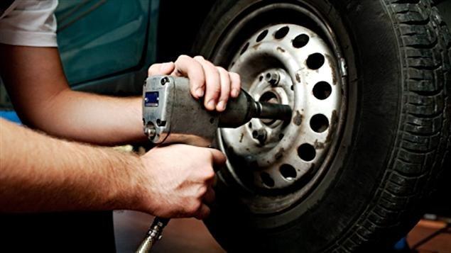 Un mécanicien serre le boulon d'une roue