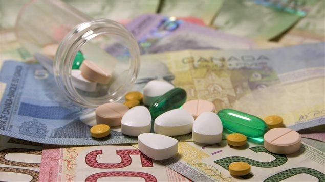 Des médicaments sur des billets de banque
