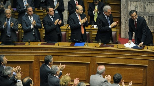 Le premier ministre grec Antonis Samaras est applaudi par ses ministres  l&#39;issue du vote de confiance du Parlement grec le 9 juillet 2012.