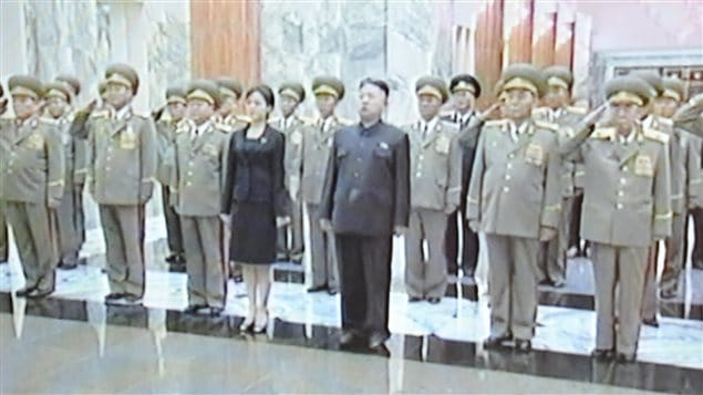Une femme accompagne le chef d&#39;tat Kim Jong-un au palais Kumsusan de Pyongyang pour rendre hommage au dfunt grand-pre de ce dernier, Kim Il-sung.