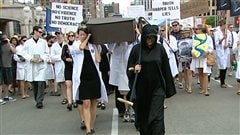 Les scientifiques ont manifesté par centaines à Ottawa, en juillet 2012, pour marquer leur opposition aux compressions infligées à la recherche scientifique par le gouvernement conservateur de Stephen Harper.