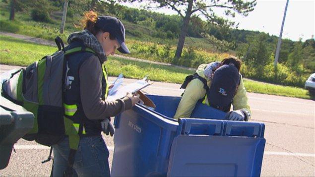 L'Escouade Bleue fouille les bacs de récupération au Lac-Saint-Jean au Québec afin de repérer des objets qu'il est interdit d'envoyer dans les bacs de recyclage.