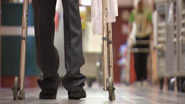 Un homme marche dans le corridor d'un hôpital