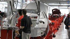 Des employés d'une usine de fabrication automobile