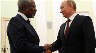L'émissaire de l'ONU pour la Syrie Kofi Annan et Vladimir Poutine, le président russe, se serrent la main à Moscou.