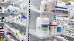 Des étagères de médicaments