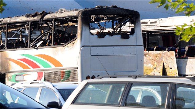 Deux autres autobus ont pris feu après l'explosion
