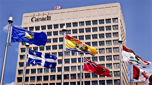 Un édifice du gouvernement fédéral à Ottawa, près du canal Rideau.