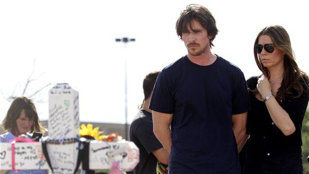 L'acteur Christian Bale devant une crois érigée près du cinéma 16, à Aurora au Colorado, le 24 juillet 2012
