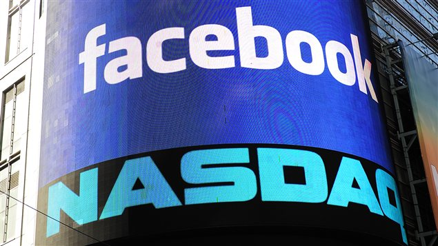 Une affiche salue l'entre en bourse de Facebook sur un cran  l'extrieur de la Bourse NASDAQ  Times Square  New York, le 18 mai 2012.