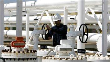 Un employé d'Enbridge à un terminal pétrolier en Alberta