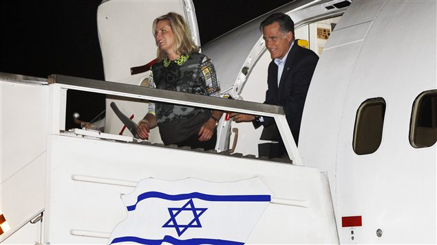 Mitt Romney et son pouse  leur arrive  Tel-Aviv.