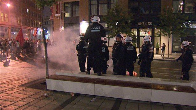 Des pièces pyrotechniques lancées en direction des policiers du SPVM