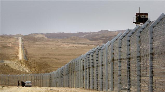 Le mur que construit Israël le long de la frontière avec l'Égypte.