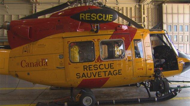 Un hélicoptère de recherche et sauvetage de la base militaire de Bagotville au Québec. Les hélicoptères CH149 Cormorant et CH146 Griffon sont les principaux aéronefs utilisés pour les services d'urgences canadiens. Ils peuvent offrir des temps de réaction rapides, de puissantes capacités de vol stationnaire et de levage. De plus, ils ont à leur bord des radeaux de sauvetage et des abris pour les naufragés de la mer.