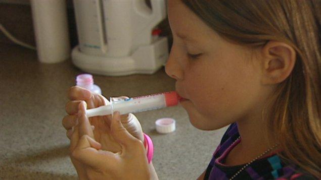 Cette jeune canadienne, Ella McSorley, prend des antibiotiques pour traiter la maladie.