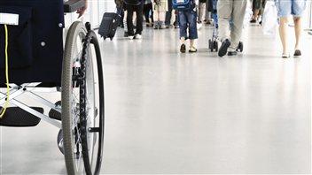 Personne en fauteuil roulant.