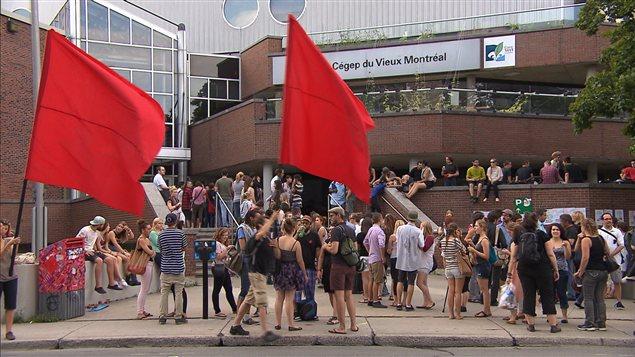 Étudiants devant le Cégep du Vieux-Montréal.
