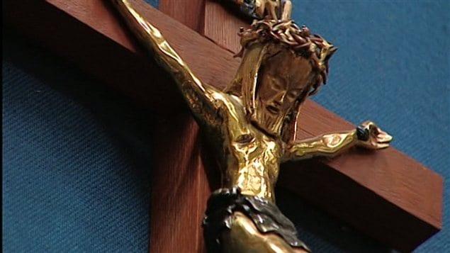 El crucifijo en la Asamblea Nacional de Quebec, está situado encima de la silla de su presidente.